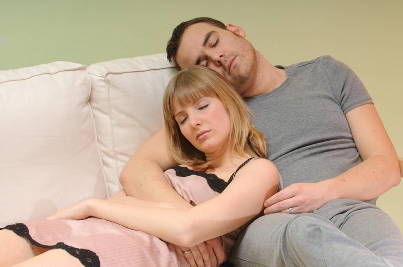Das Paar auf dem Bild wirkt erschöpft und nicht sehr aktiv.