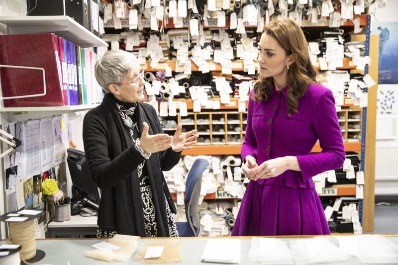 Herzogin Kate mit für ein Foto gefalteten Händen