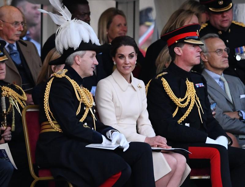 Herzogin Kate sitzt elegant in perfekter Foto-Haltung