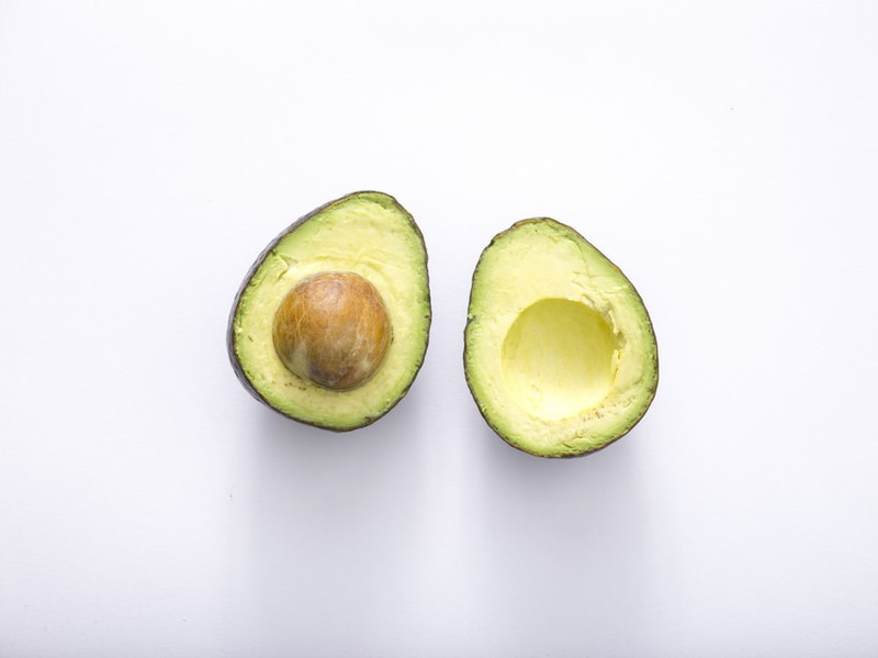 Aufgeschnittene Avocado, die gegen fettiges Haar helfen kann