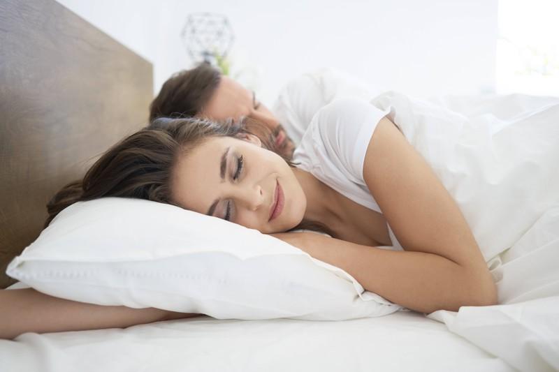 Welche Schlafstellung beeinflusst eure Beziehung auf