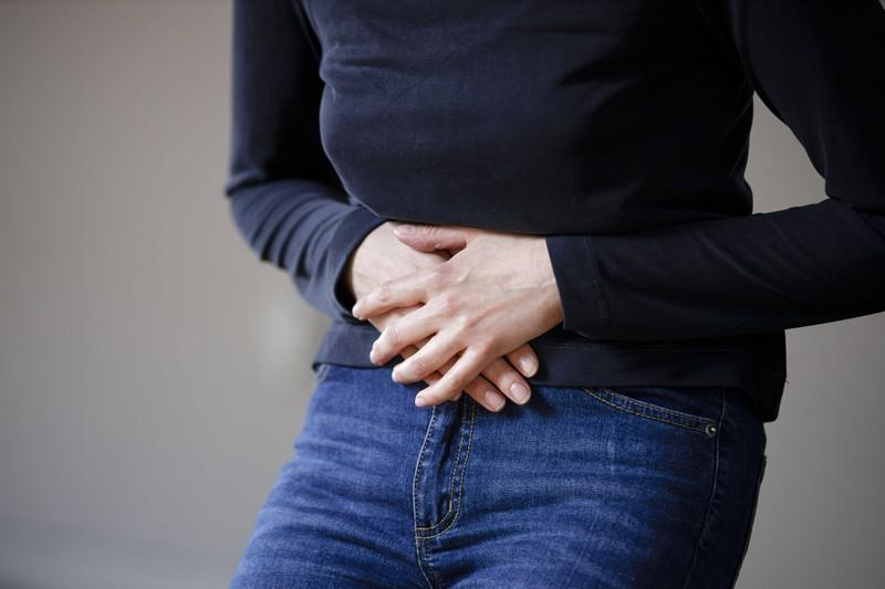 Eine Frau, die ihre Zwischenblutung bemerkt und darüber nachdenkt, ob sie Eierstockkrebs haben könnte