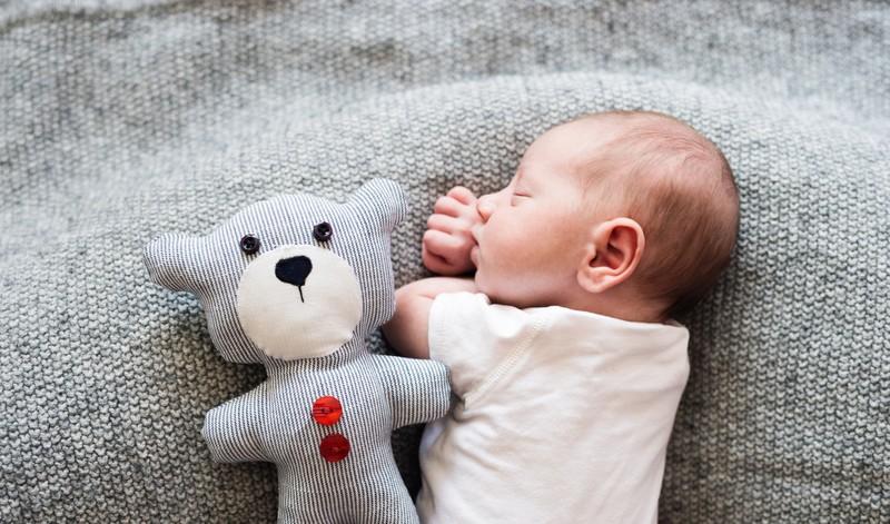 Ein Baby will dann gestillt werden, wo es gerade Hunger hat: So entspannt du beim Stillen
