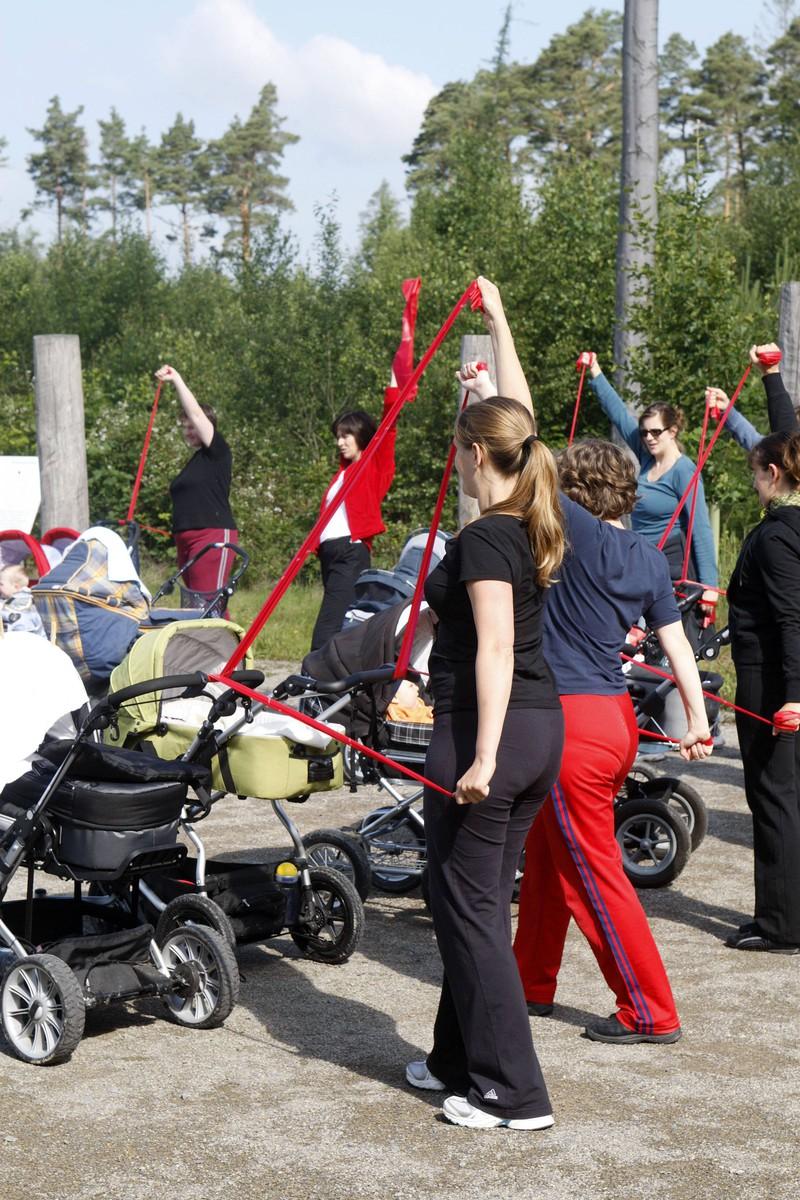 Ein Rückbildungskurs mit Kindern am Kinderwagen hilft Müttern in den ersten Monaten nach der Geburt