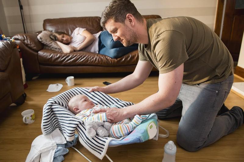 Ein Vater kümmert sich um sein Baby, um die Mutter zu entlasten