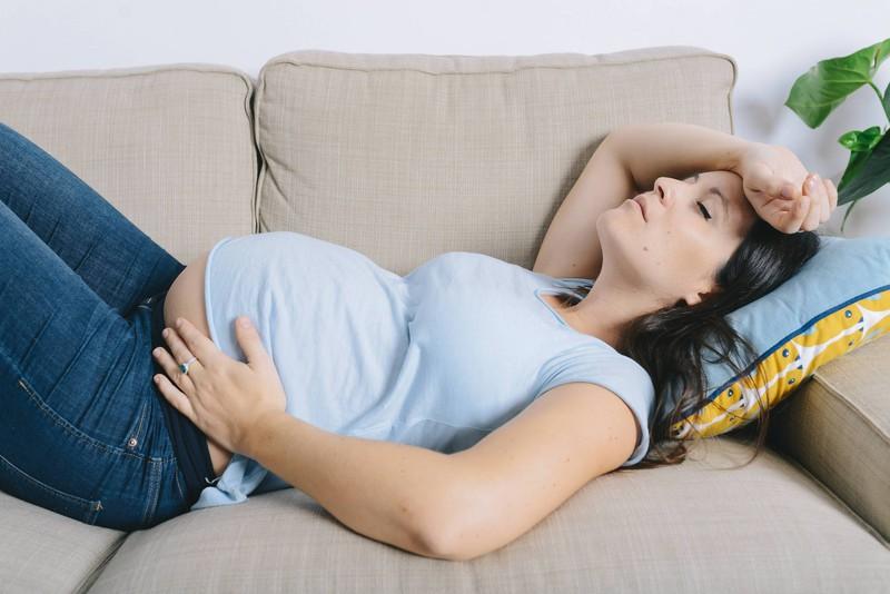 Eine Schwangere, die versucht, während der Wehen ruhig und entspannt zu bleiben