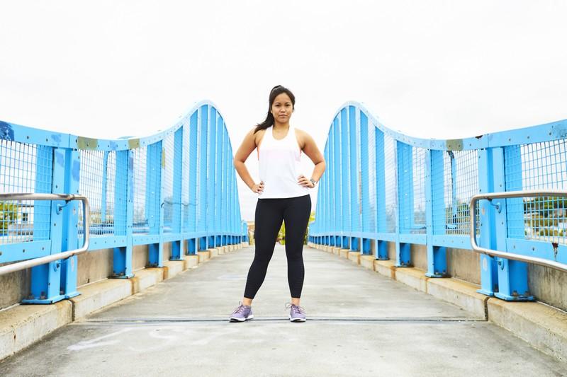 Übergewichtige Frau in dicken Leggings