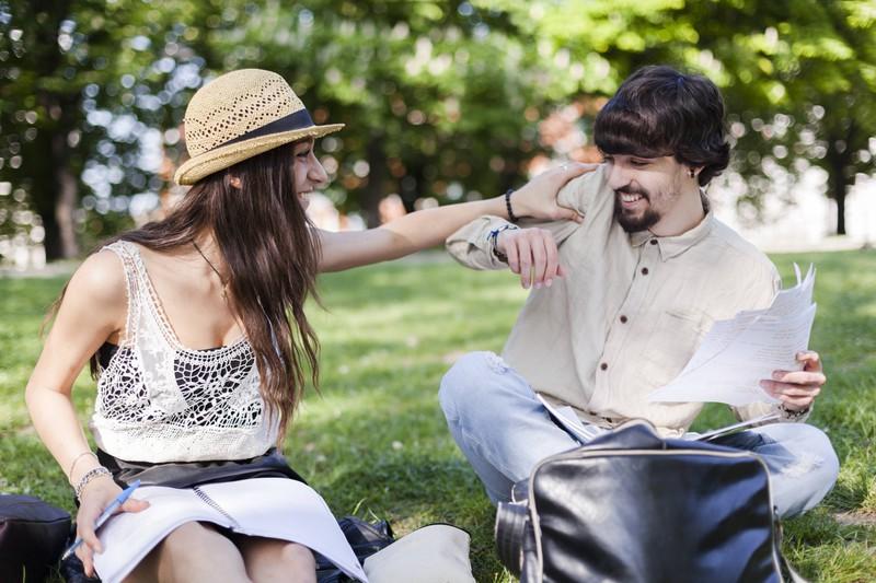 Ein Paar neckt sich im Park: 10 Dinge, die sich nach einem Jahr Beziehung ändern