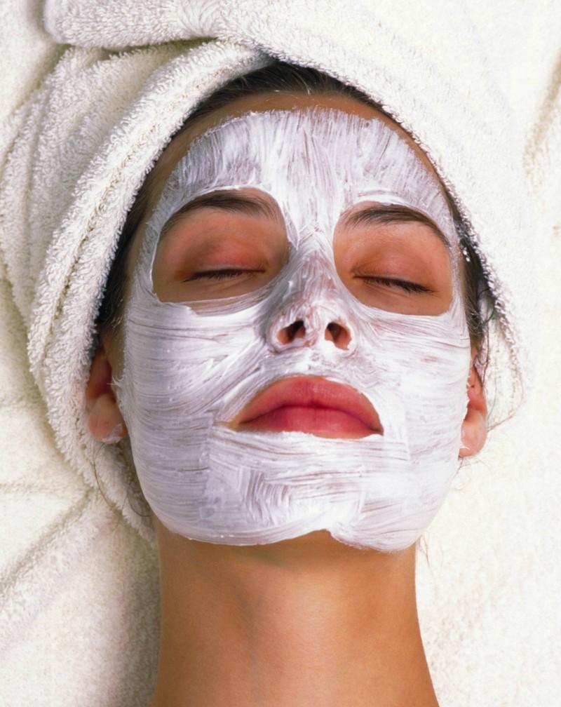 Man sieht eine Frau  mit einer Eierschalen Gesichtsmaske gegen Falten und für straffere Haut