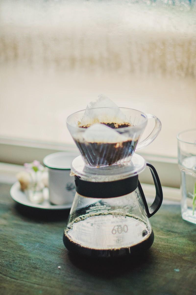 Man sieht einen Filterkaffee der mithilfe von Eierschalen milder gemacht wurde