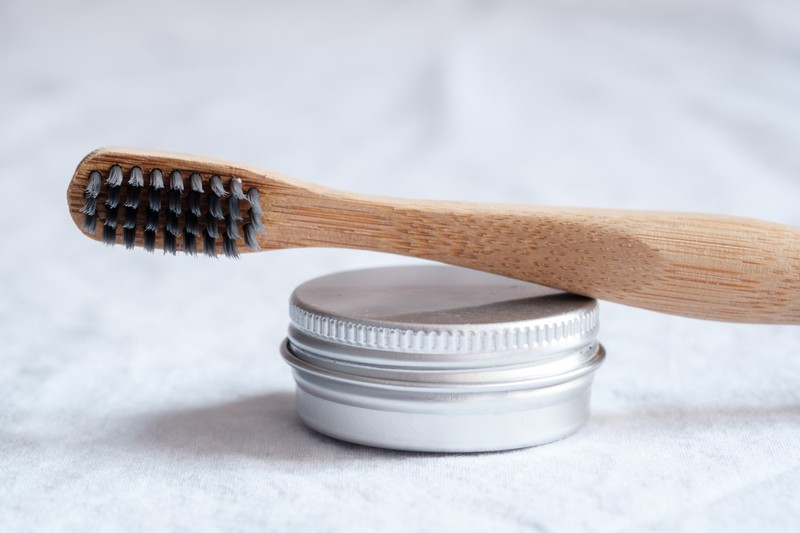 Man sieht Zahnpasta, die aus Eierschalen und Kokosöl hergestellt wurde