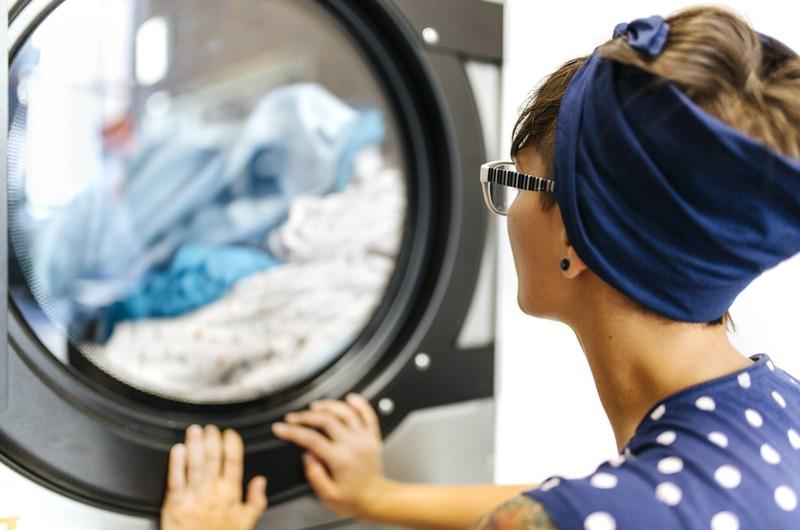 Der Life Hack der jedem beim Wäsche waschen helfen kann - Aspirin in der Waschmaschine