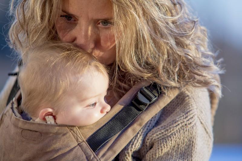 Gute Eltern sollten darauf achten, dass die Babytrage auf der richtigen Höhe ist.