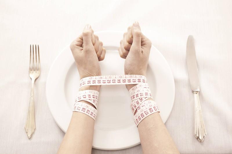 Man sieht die Hände einer eine Frau, die die 5:2-Diät ausprobieren will und abnehmen möchte