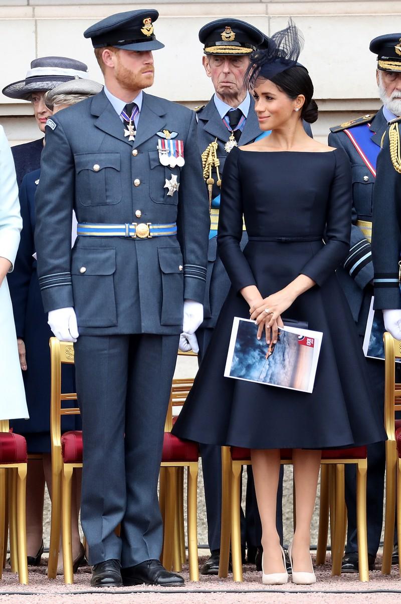 Vor seinem Rücktritt hat Prinz Harry seine königliche Militäruniform mit Stolz auf öffentlichen Paraden getragen