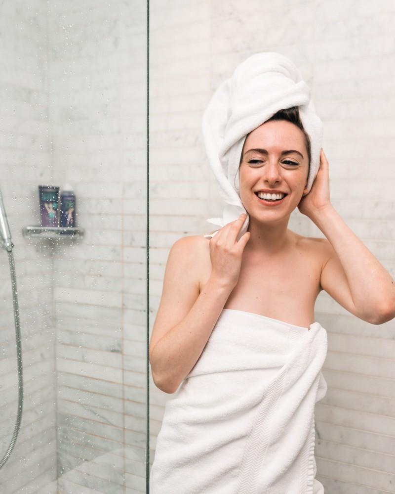 Frau, die versucht, Duschfehler zu vermeiden