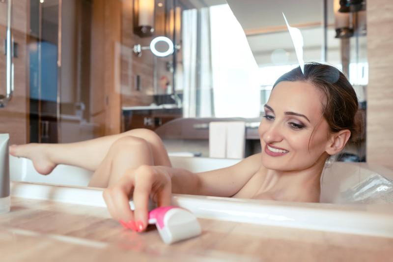 Viele Frauen denken gar nicht darüber nach, dass der Rasierer in der Dusche in einem viel zu feuchten Milieu lagert