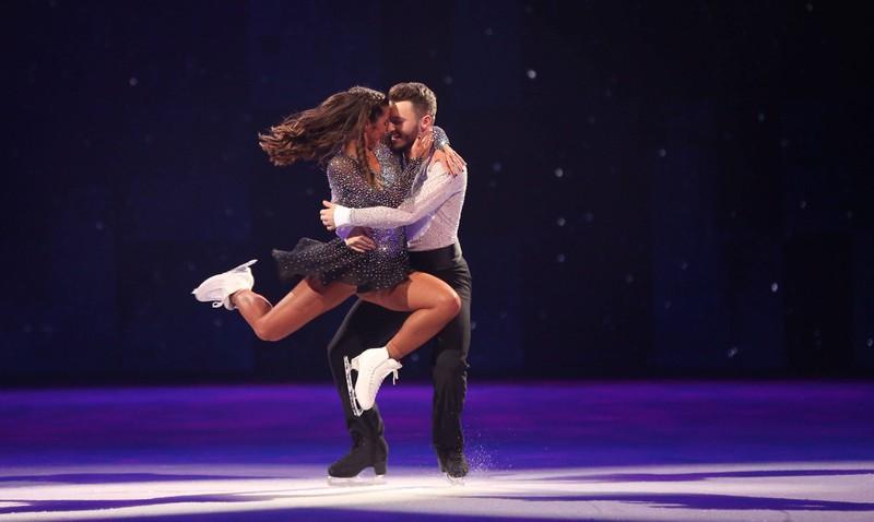"""Man sieht Sarah Lombardi und Joti Polizoakis, die in der TV-Show ,,Dancing on ice"""" zu sehen waren und spekulativ behauptet wurde, dass sie ein Paar sind"""