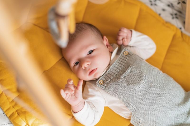 Neugeborene haben oft Zuckungen, was aber normal und nicht gruselig ist