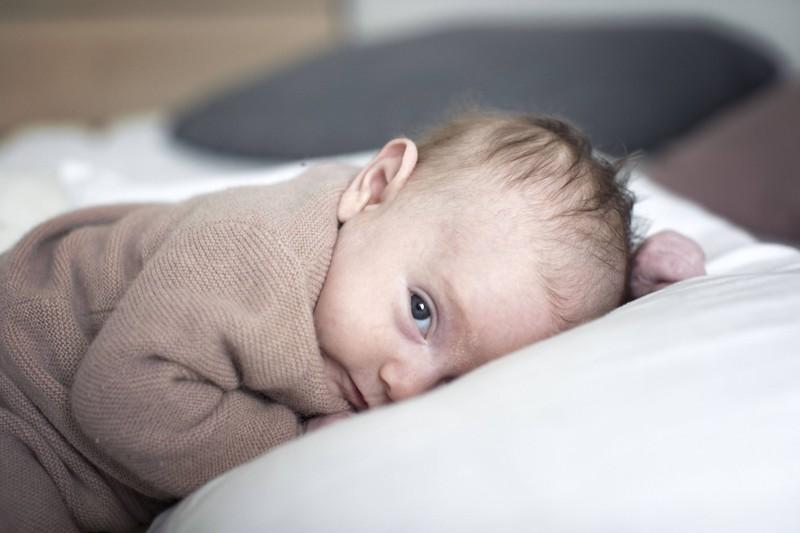 Viele Neugeborene schlafen auch mit offenen Augen, was einige gruselig finden