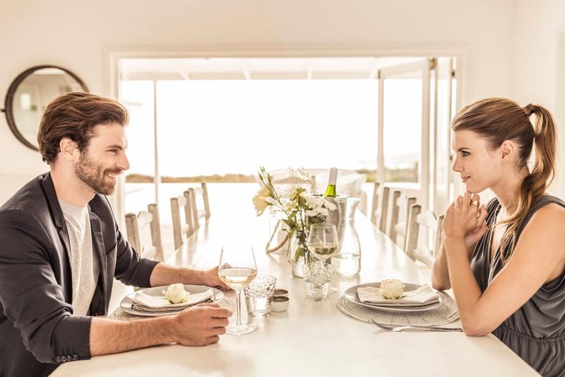 Ein Mann und eine Frau, die zusammen essen und sich herausstellt, ob die Frau gute Manieren hat