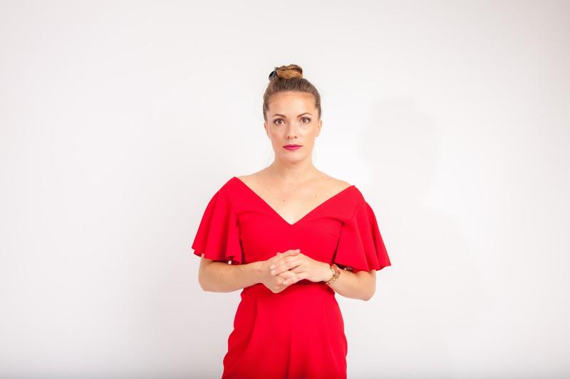 Eine Frau mit einem schönen Dekolleté, was die Männer anziehend finden