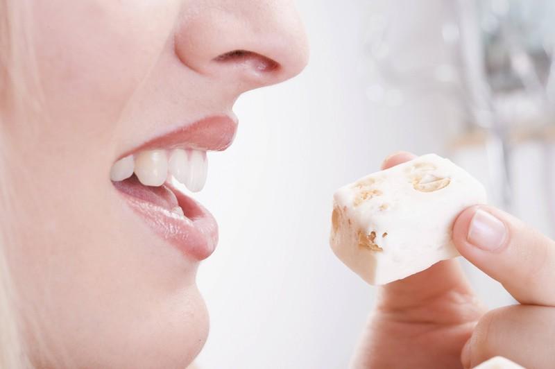 Eine junge Frau isst Türkischen Honig: Er kann jedoch Gelatine enthalten