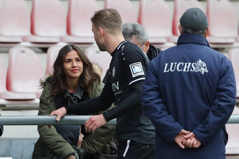 Man erkennt Sarah Lombardi mit Söhnchen Alessio und dass sie Julian Büscher am Spielfeldrand unterstützt haben