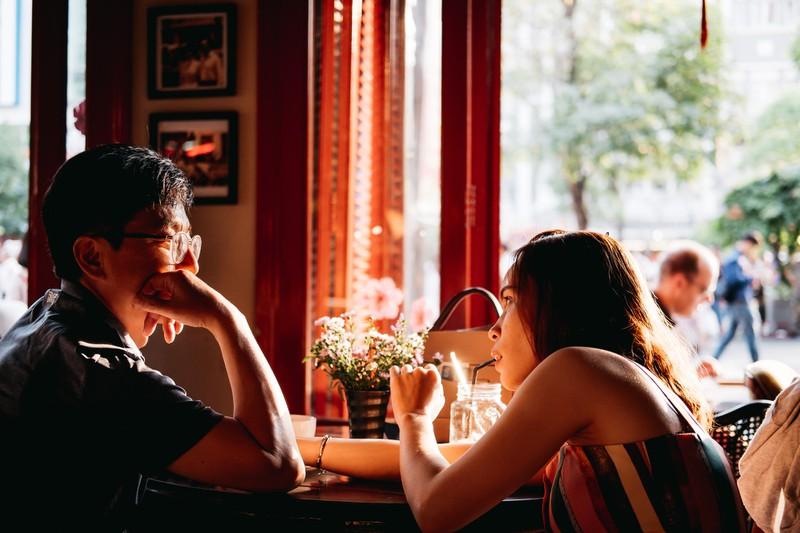 Der Mann könnte verliebt sein, wenn er die Frau gelegentlich einlädt.