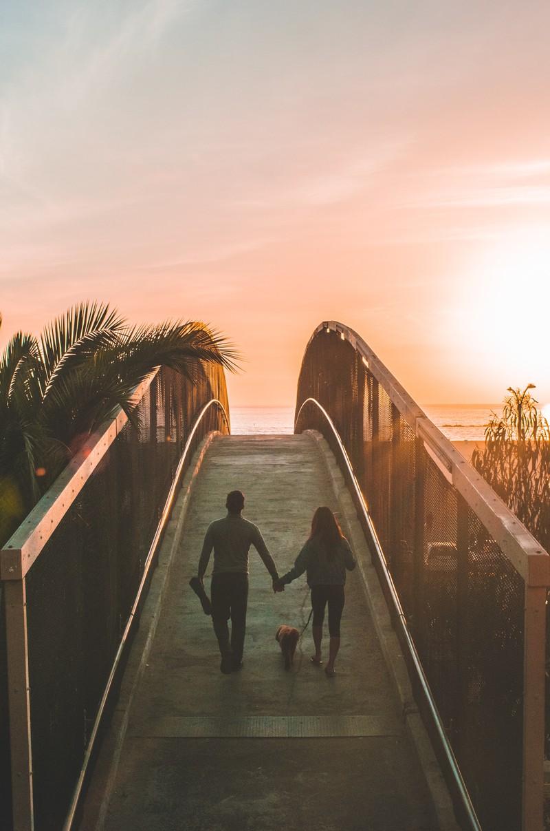 Ein Signal, dass er verliebt ist, könnte sein, dass er Zukunftspläne mit dir macht.