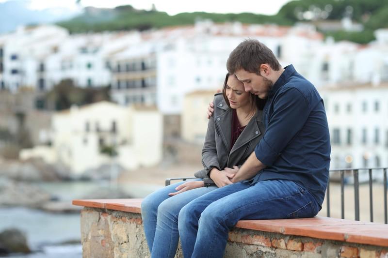 Eine Frau weint in den Armen eines Mannes: Die Trennung fällt ihr offensichtlich schwer