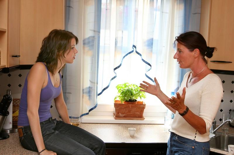 Eine Mutter hält ihrer Tochter einen Vortrag: Versucht sie sie zur Trennung von ihrem Partner zu überreden?
