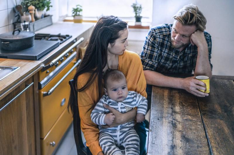 Eltern sitzen mit ihrem Kind genervt am Tisch. Werden sie sich trennen?