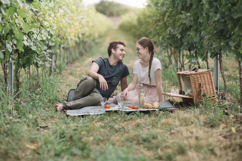 Das Paar redet miteinander, aber nicht nur über den Alltag.