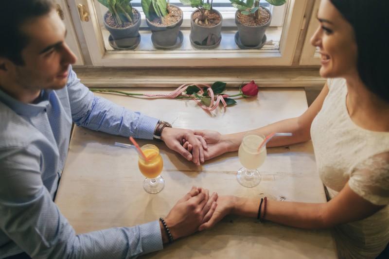 Der Alltag kann die Beziehung belasten, deswegen sollte man regelmäßig Dates planen