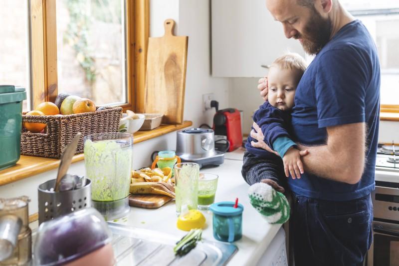 Ein Mann, der sich um sein Kind kümmert und vermutlich finanziell und emotional von seiner Freundin abhängig ist und deswegen fremdgehen könnte
