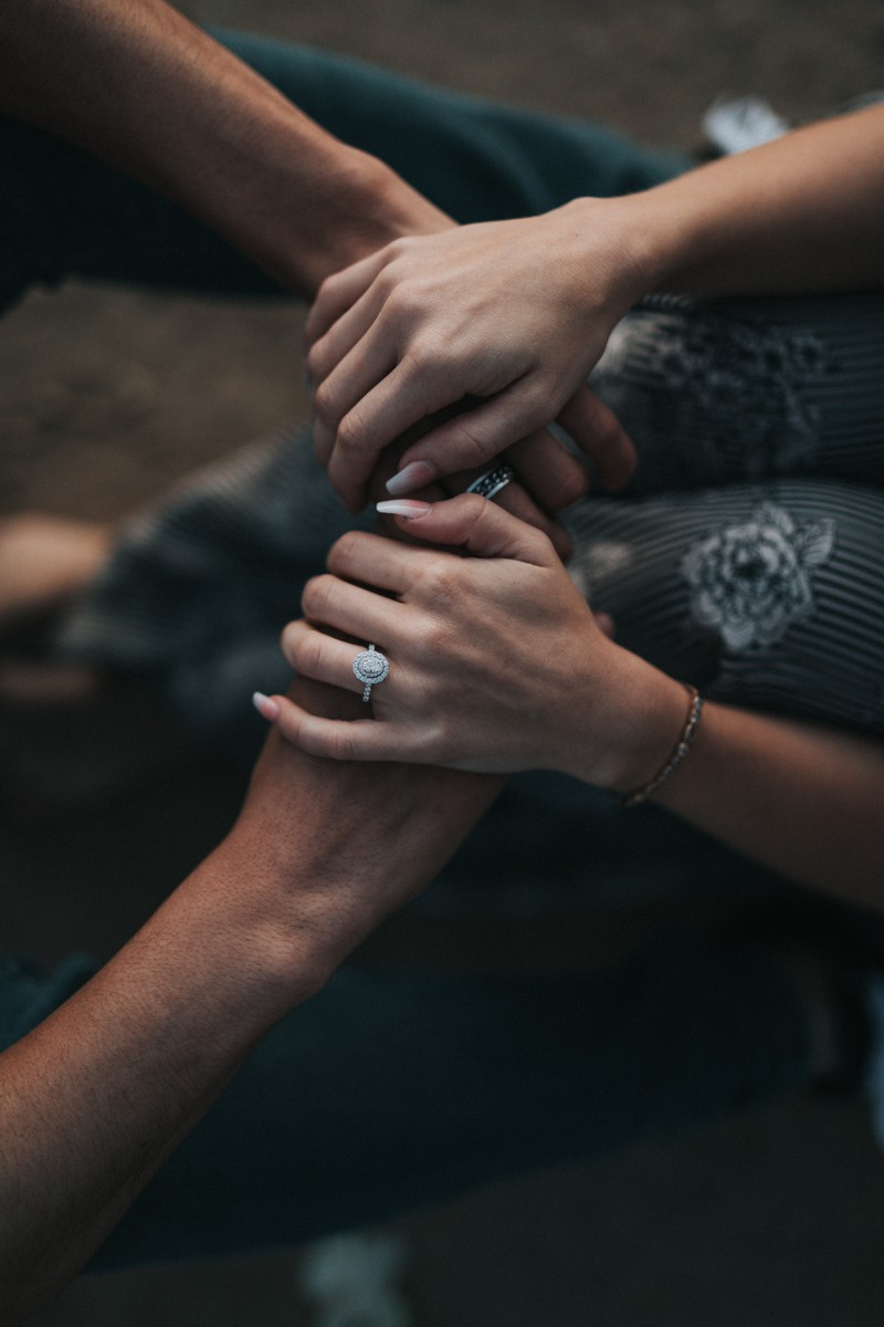Man sieht Hände, die symbolisieren, dass Männer die Gelegenheit zum Fremdgehen auch nutzen