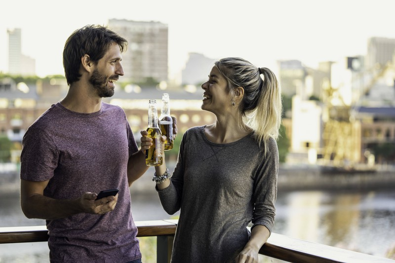 Viele Frauen haben Angst davor, dass aus einer Freundschaft des Partners mehr werden könnte und er ihr daher fremdgeht