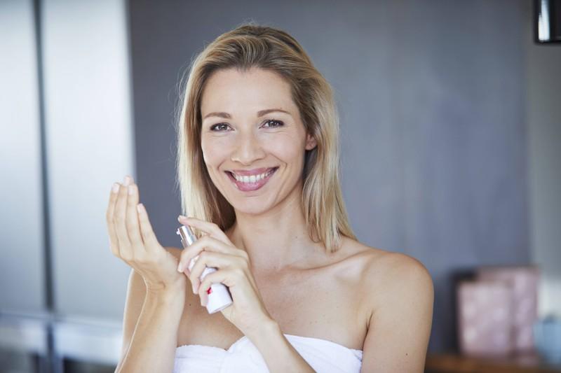 Ein Schmink-Tipp um jünger auszusehen ist die richtige Gesichtscreme zu benutzen
