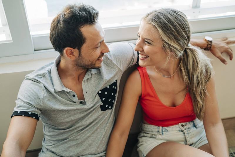 Der direkte Augenkontakt kann laut Experte ein Anzeichen für eine glückliche Beziehung sein