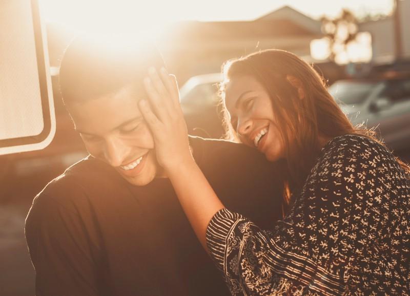 Man sieht ein Paar, das eine glückliche Beziehung zu führen scheint, weil man es ihnen an den Gesichtern ablesen kann