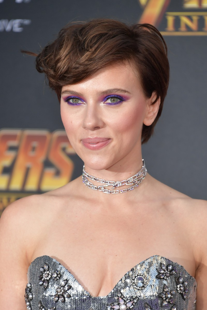 Auch Schauspielerin Scarlett trägt einen Pixie Cut und lässt die kurzen Haare anschließend wieder wachsen.