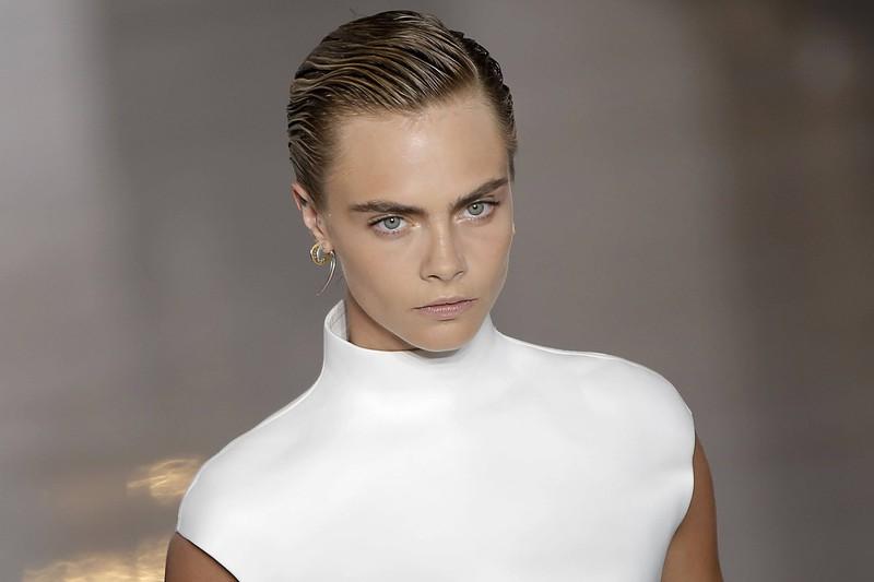 Das britische Model glänzt im wahrsten Sinne des Wortes mit ihren kurzen Haaren.