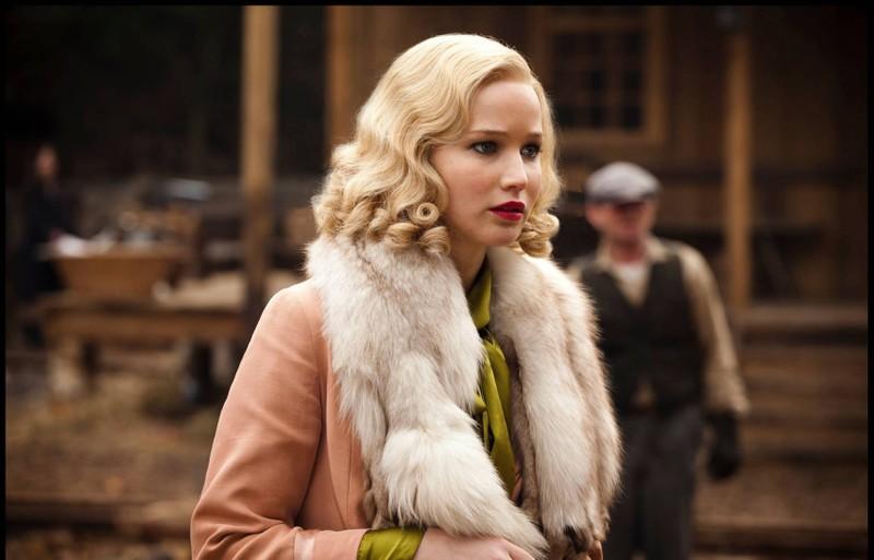 Schauspielern Jennifer Lawrence beeindruckt mit ihren kurzen Haaren, die leicht gelockt sind.