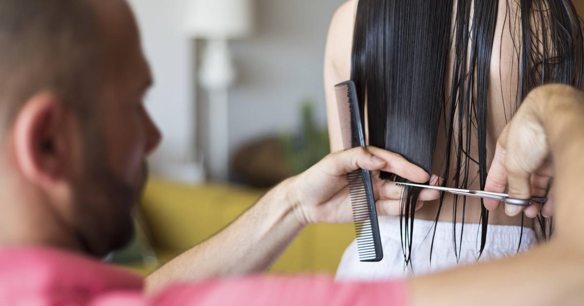 Haare selber schneiden: So gelingt es dir bei Spitzen, Pony und Co.