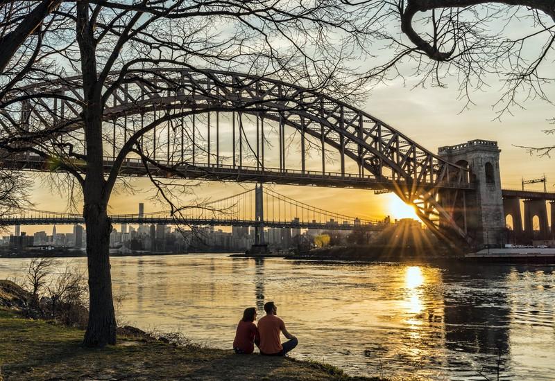 Ein Paar sitzt in New York am Abend und flirtet miteinander: Das ist in Zeiten von Corona nicht möglich.