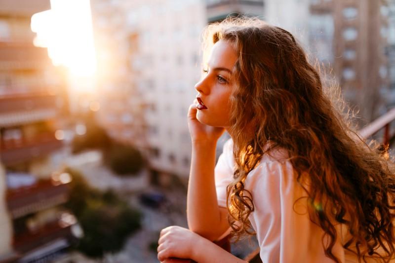Manche Frauen fragen sich, warum es für sie in der Liebe nicht klappt, ihr Sternzeichen kann dafür Hinweise liefern.