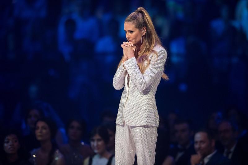 Es herrscht die traurige Gewissheit, dass Heidi Klum wegen Corona nicht persönlich bei der Live-Show von GNTM dabei ist