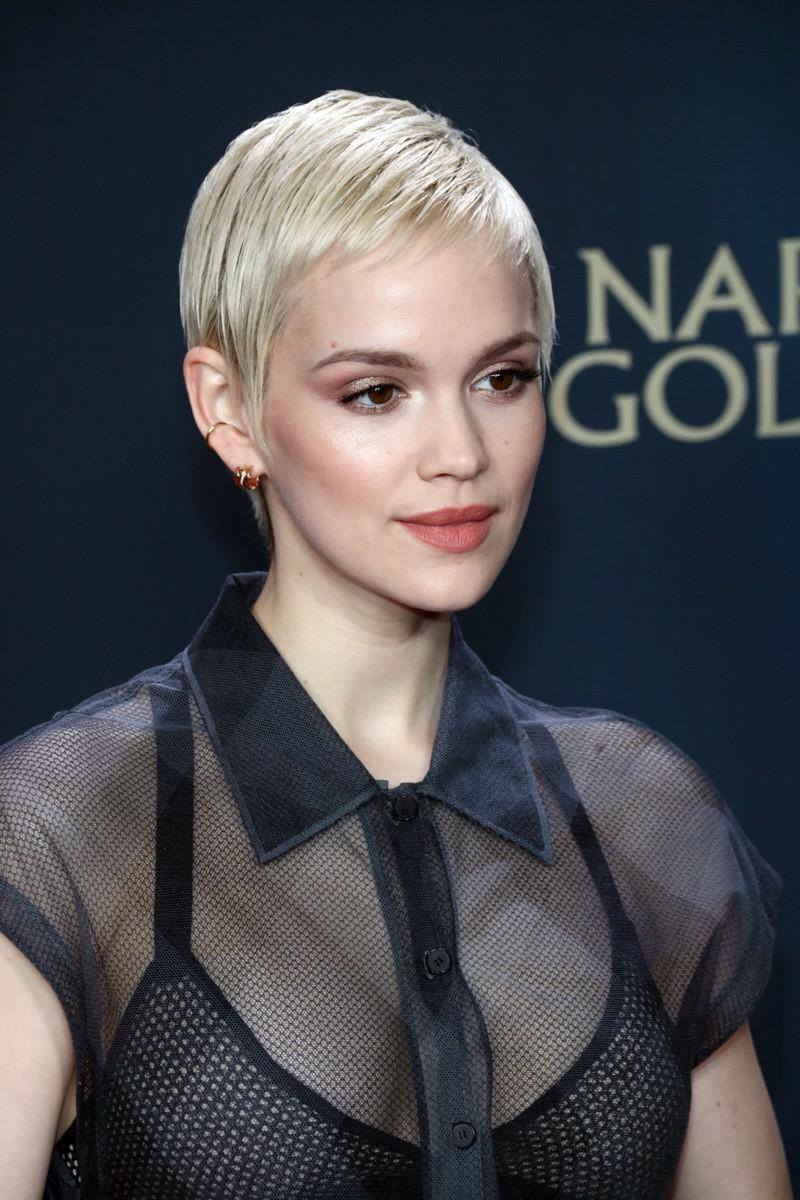 Emilia Schüle trägt die trendige Sommer Frisur, den Short Cut.
