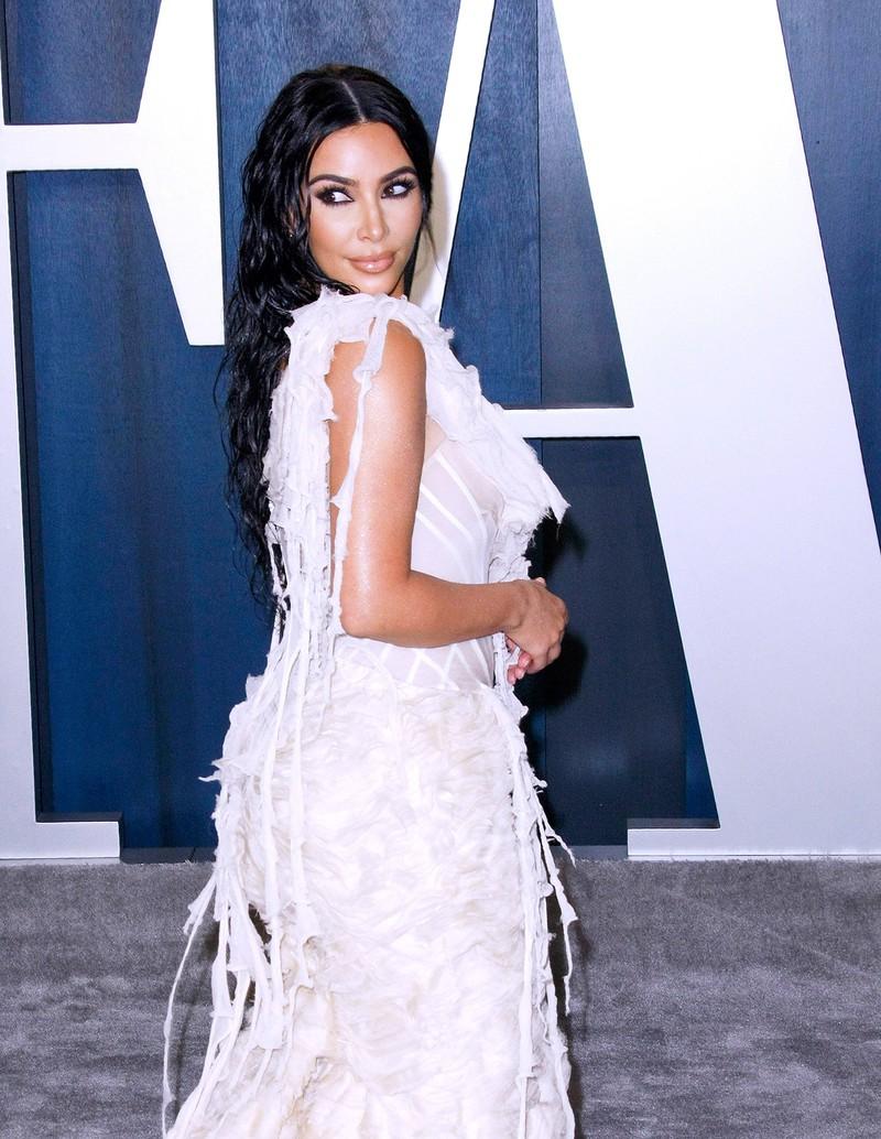 Kim Kardashian zeigt wie der Wet Hair Look für den Sommer funktioniert.